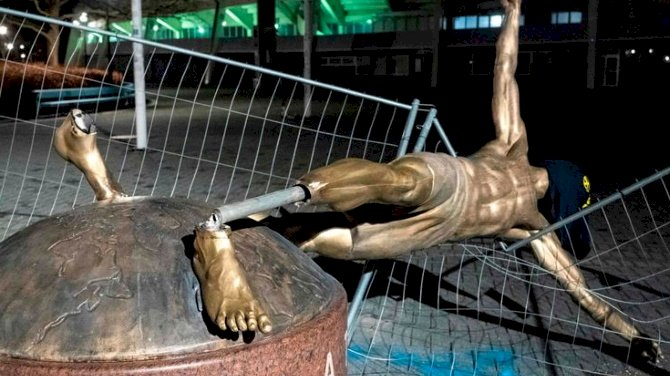 Vandals Topple Ibrahimovic Statue In Sweden